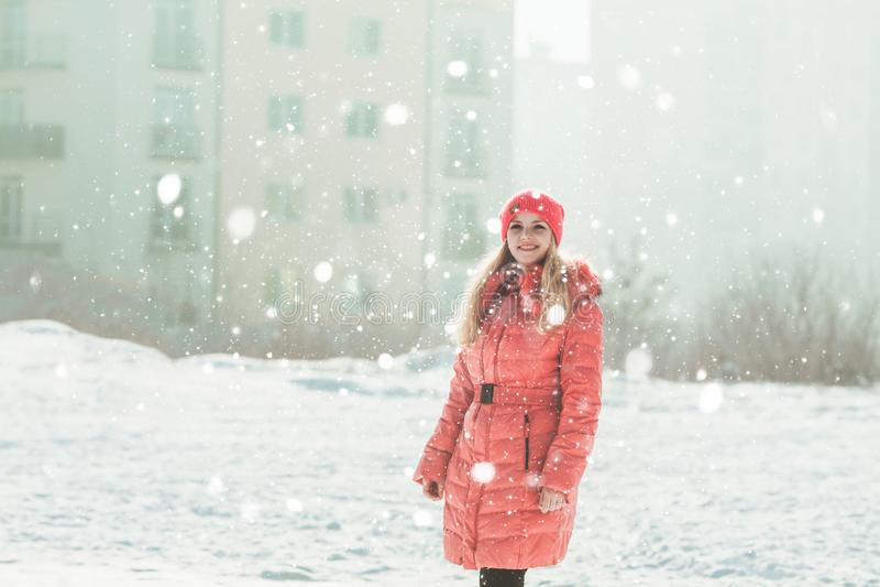 Девушка в красном parka стоковая фотография rf