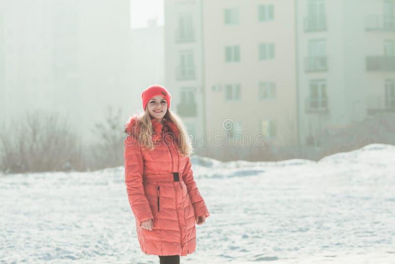 Девушка в красном parka стоковые изображения rf