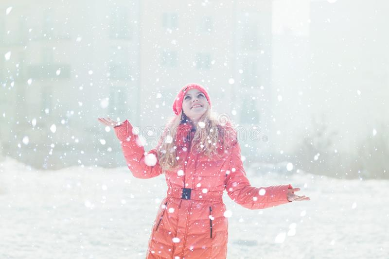 Девушка в красном parka стоковые фото