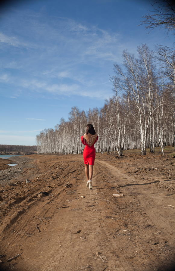 Девушка в красный идти платья стоковые изображения