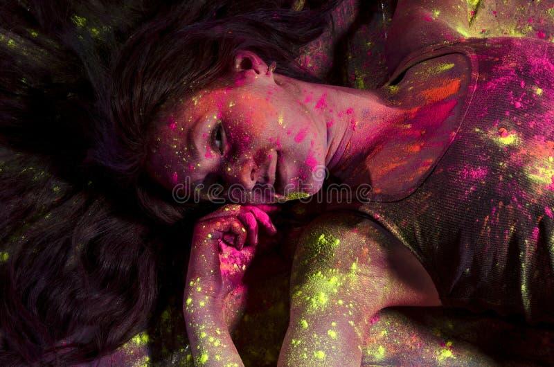 Девушка в красочных пятнах красок на Holi стоковое фото rf