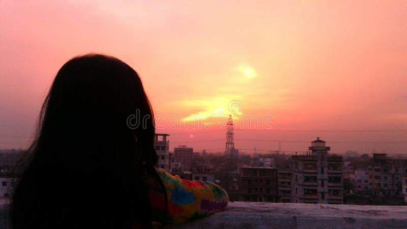 Девушка в крыше стоковое изображение rf