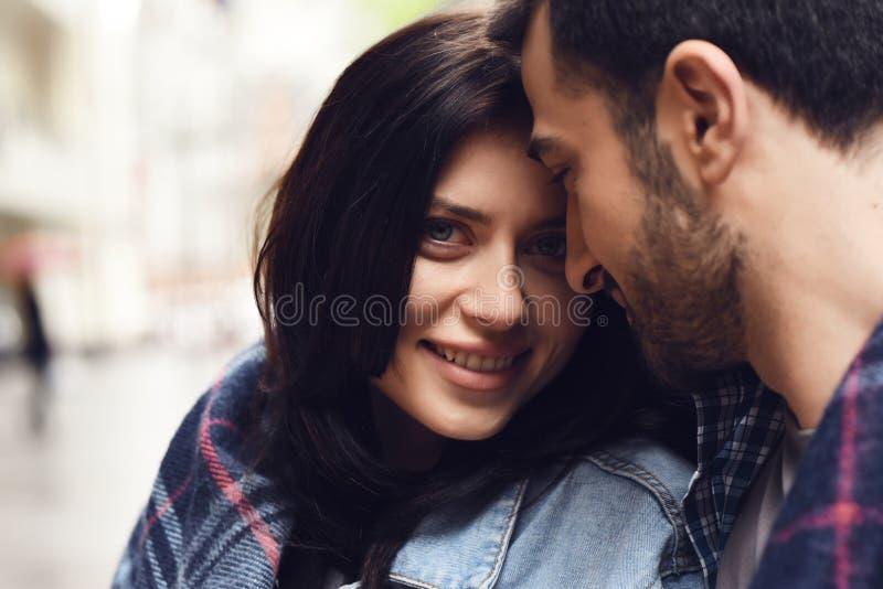 Девушка в куртке джинсовой ткани предусматриванной в шотландке стоковое изображение rf