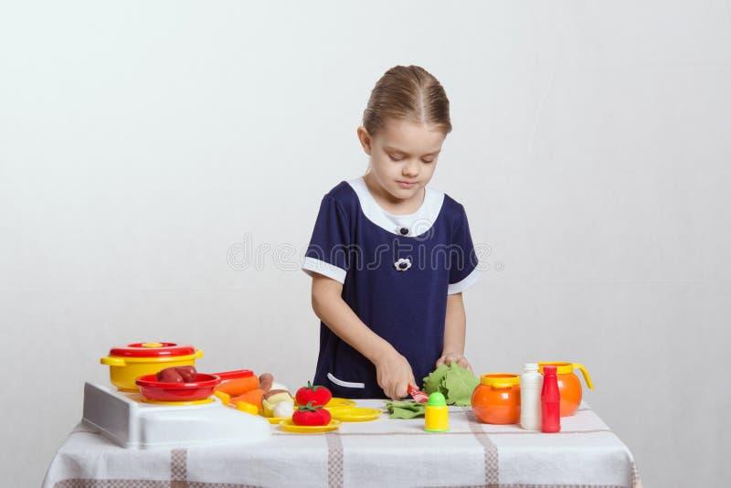 Download Девушка в кухне подготавливая обедающий Стоковое Изображение - изображение насчитывающей кухня, варить: 41663501