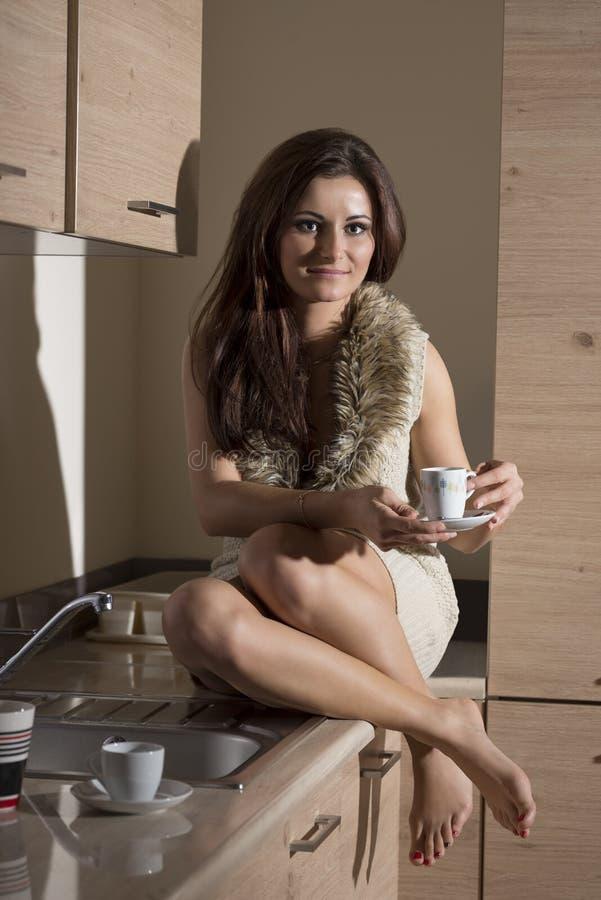девушка на кухне картинки