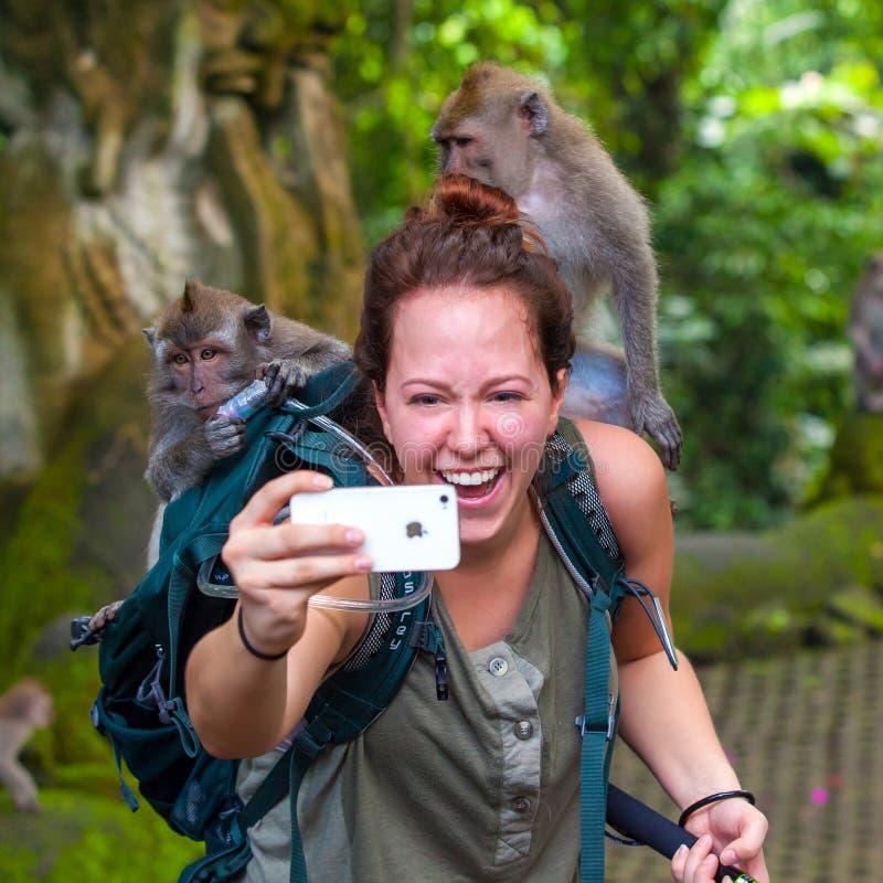 Девушка в лесе обезьяны Ubud, Бали, Индонезии - марте 2015 стоковые изображения