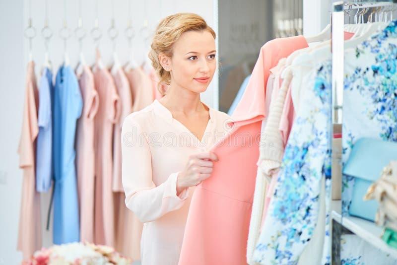 Девушка в магазине одежды стоковое фото