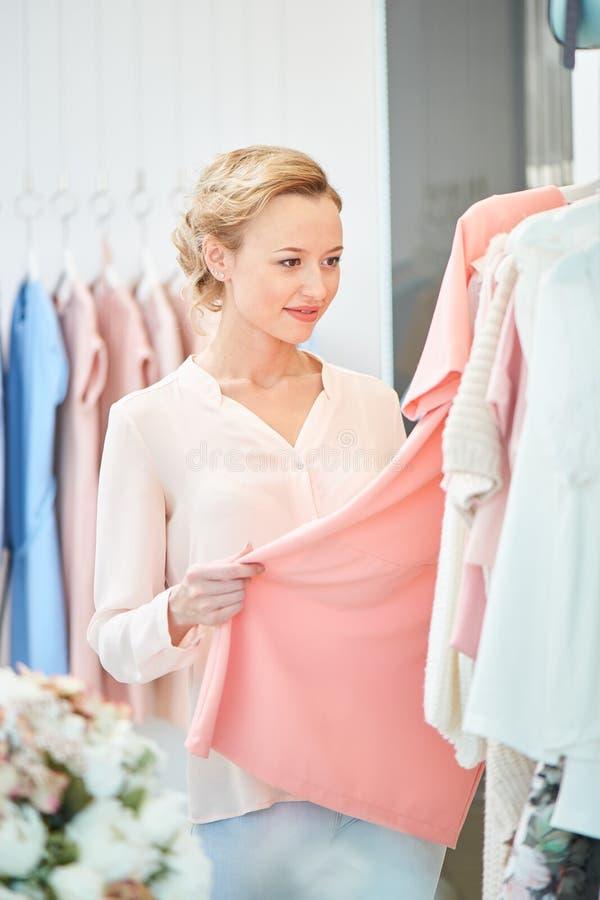 Девушка в магазине одежды стоковое изображение