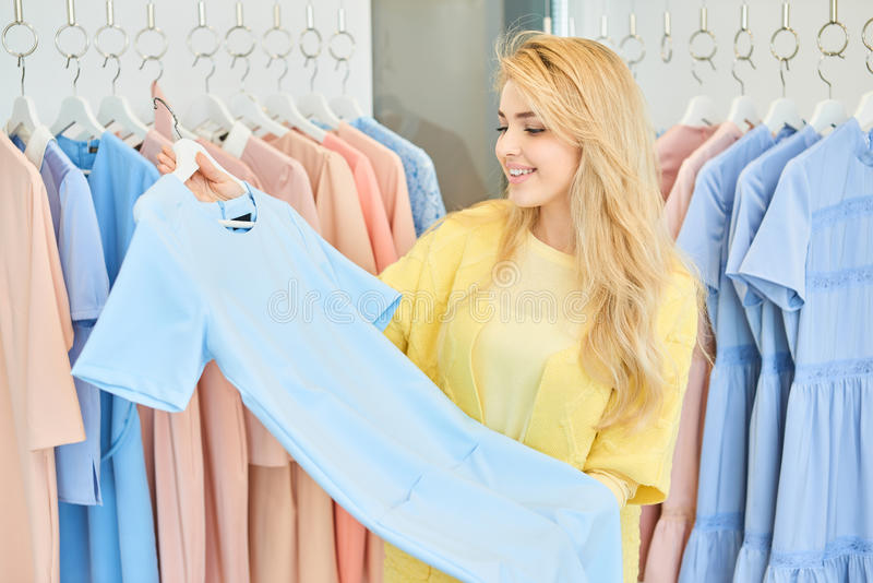 Девушка в магазине одежды стоковые фотографии rf