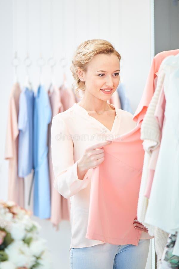 Девушка в магазине одежды стоковое изображение rf