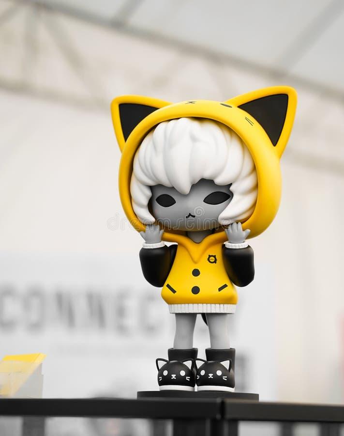 Девушка в милом желтом hoodie вызвала Abiru стоковая фотография