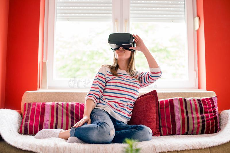 Девушка в мире виртуальной реальности стоковые фотографии rf