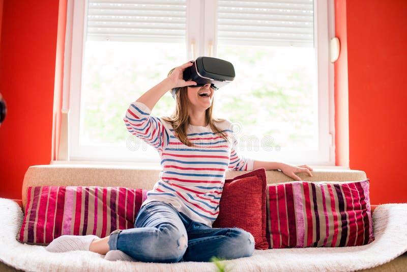 Девушка в мире VR стоковое изображение rf