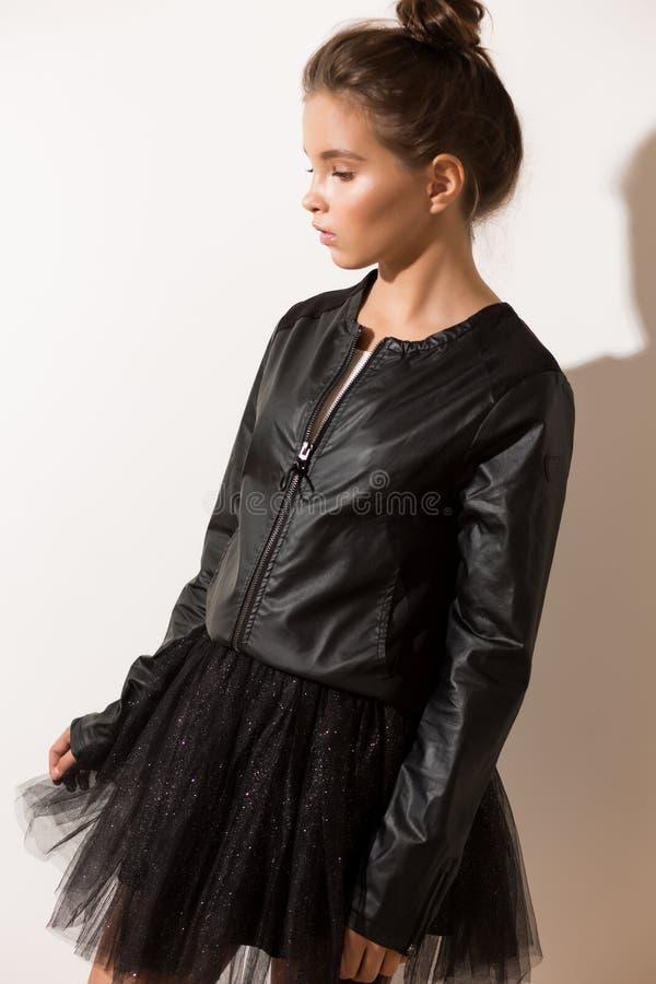 Девушка в модных одеждах, пушистая юбка, черная куртка стоковое изображение rf