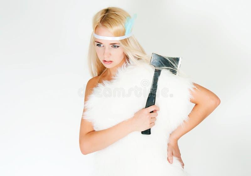 Девушка в накидке меха с осью стоковое фото
