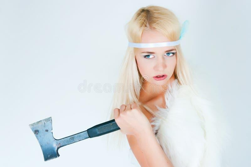 Девушка в накидке меха с осью стоковая фотография rf