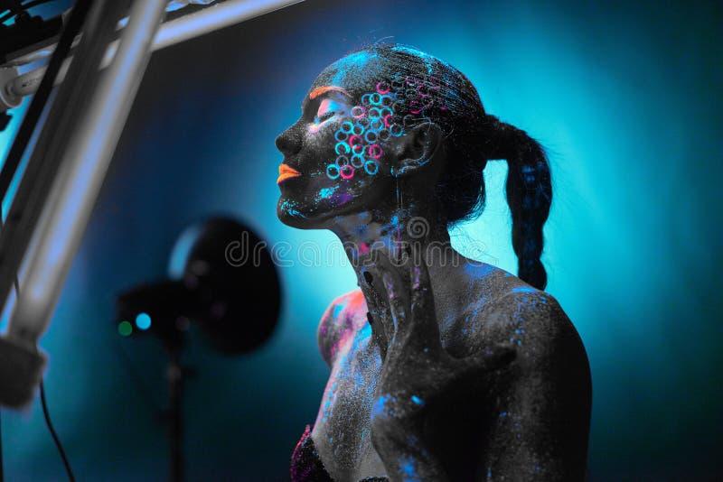Девушка в неоновом искусстве тела стоковое фото rf