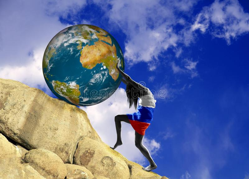 Девушка, в оболочке во флаге Российской Федерации, поднимает землю планеты гористую иллюстрация вектора