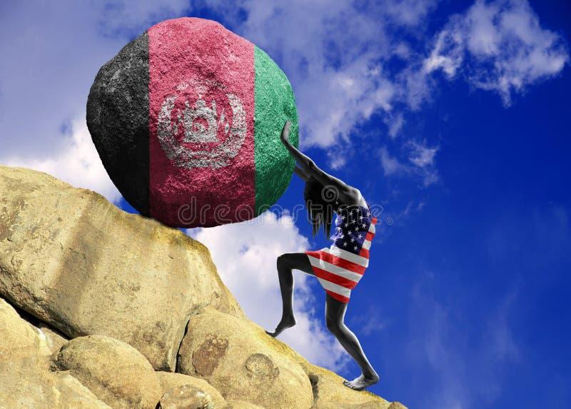 Девушка, в оболочке во флаге Соединенных Штатов Америки, поднимает камень к верхней части в форме силуэта флага стоковое фото