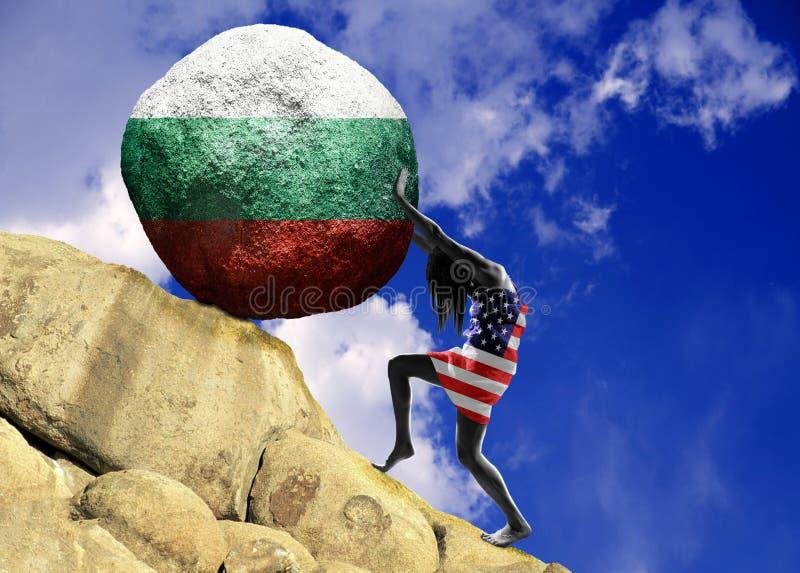 Девушка, в оболочке во флаге Соединенных Штатов Америки, поднимает камень к верхней части в форме силуэта bitcoin стоковое изображение
