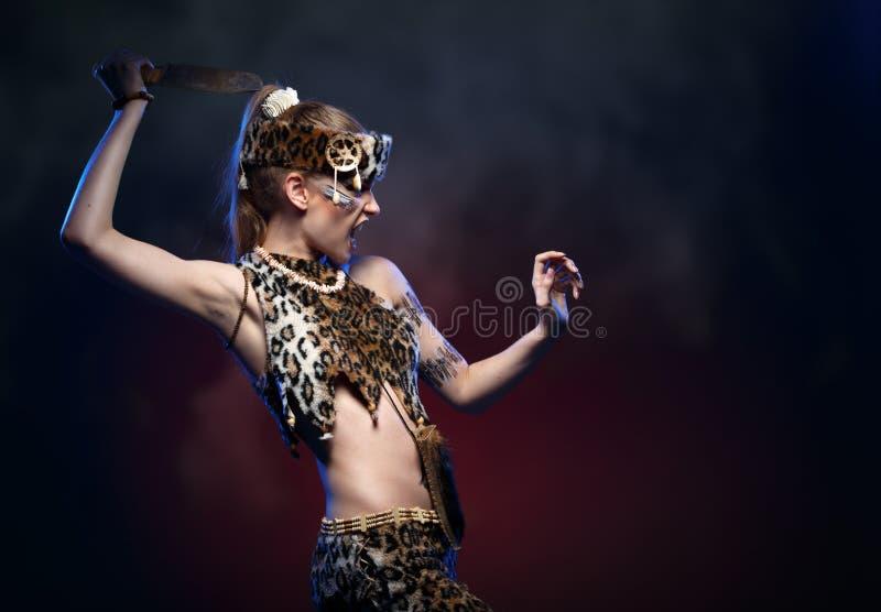 Девушка в одеждах Амазонке с ножом в его руке стоковые изображения