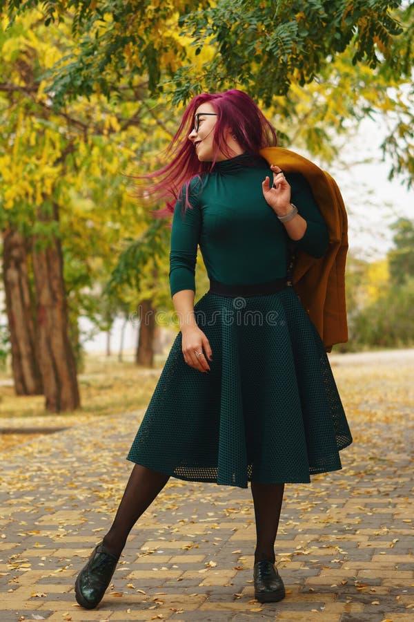 Девушка в парке осени стоковое изображение rf