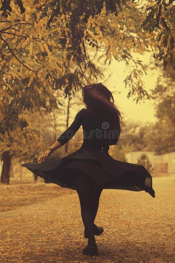 Девушка в парке осени стоковые изображения rf