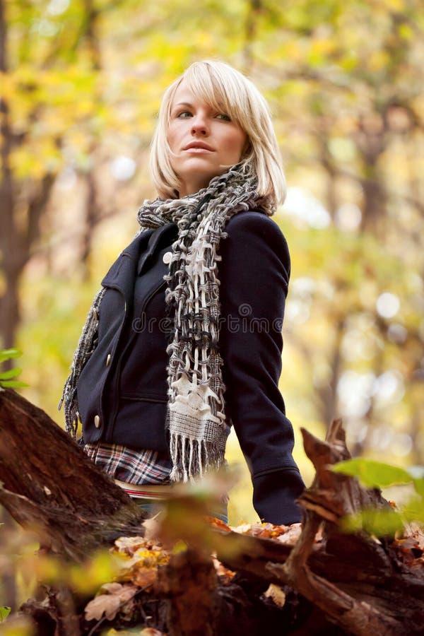Download Девушка в парке стоковое изображение. изображение насчитывающей усмехаться - 33729983