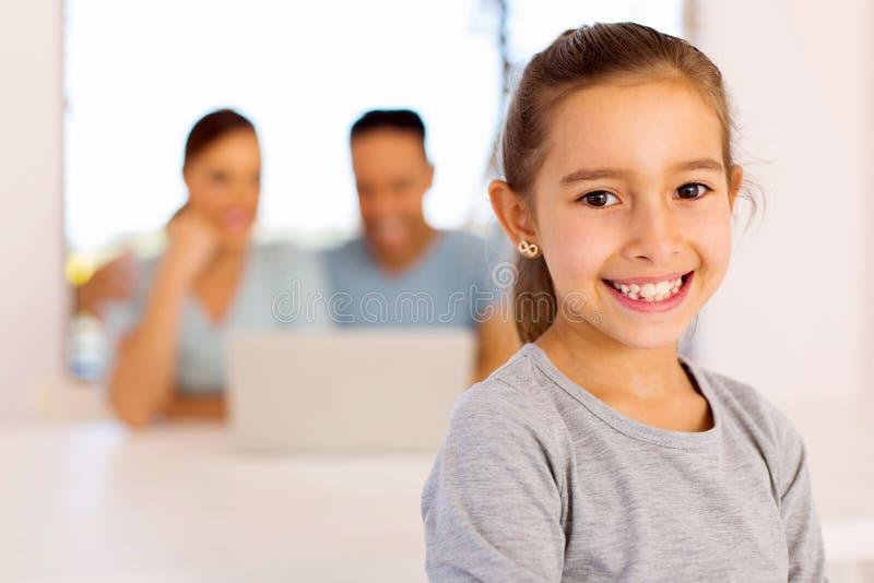Девушка в передних родителях стоковое изображение rf