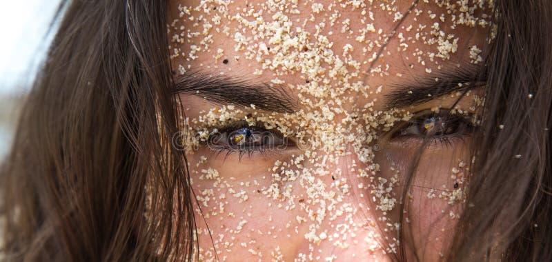 Девушка в песке стоковое изображение