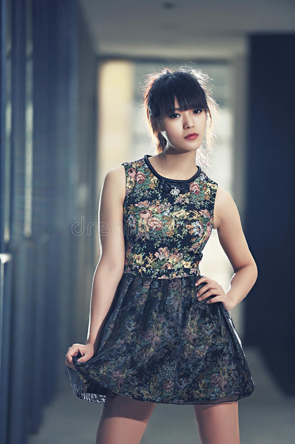 Девушка в покинутой фабрике стоковая фотография rf