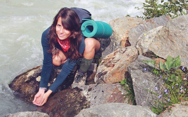 Девушка в потоке высокой горы стоковое изображение rf