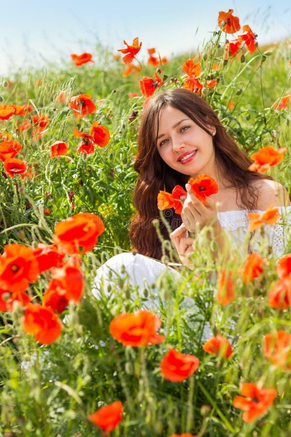 Девушка в поле маков стоковые фотографии rf