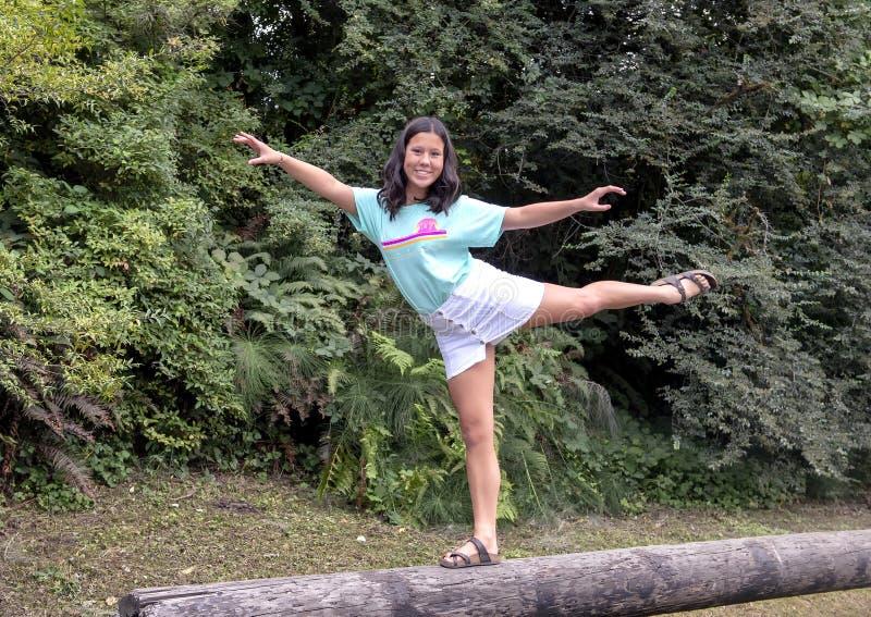Девушка в представлении танца на журнал, дендропарк 13 годовалая Amerasian парка Вашингтона, Сиэтл, Вашингтон стоковое фото rf