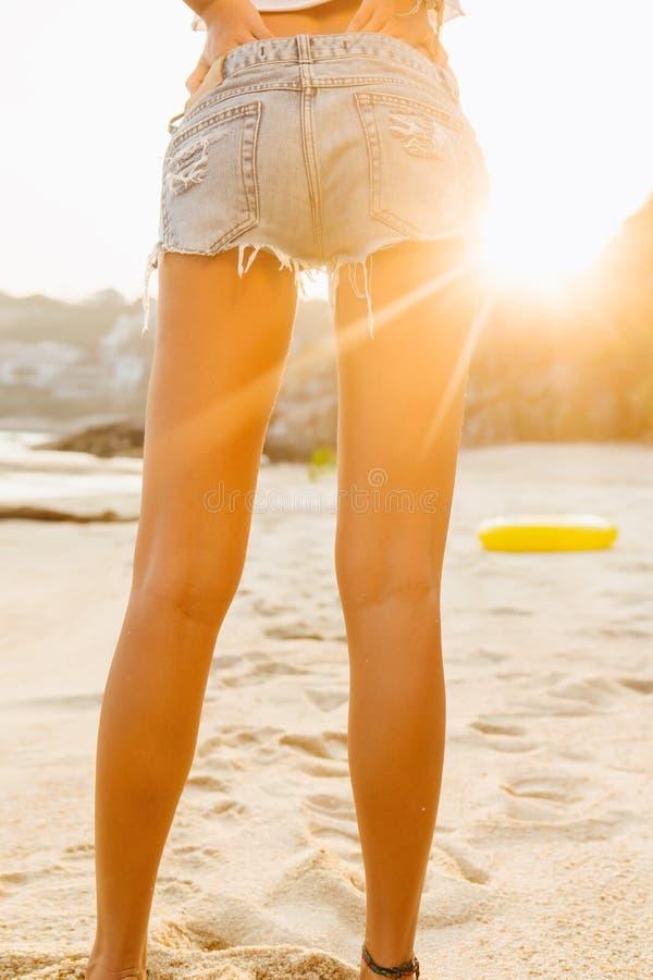 Девушка в прогулке шортов на пляже стоковое изображение rf