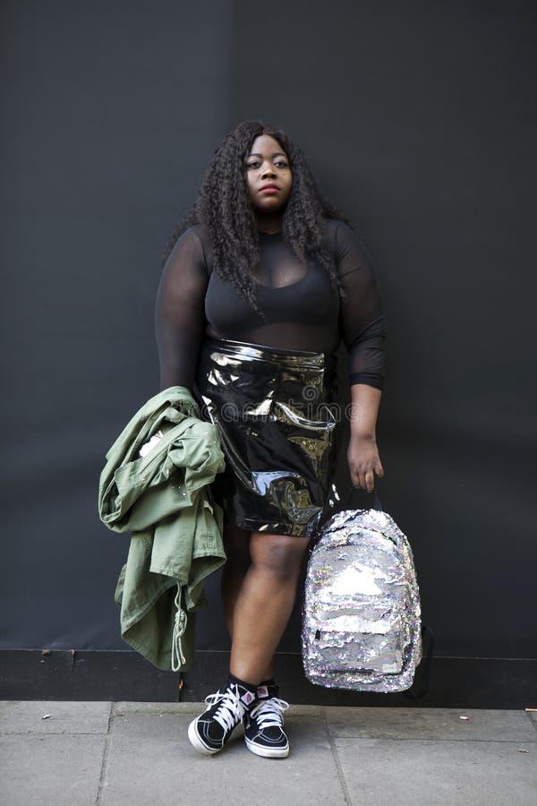 Девушка в прозрачной черной верхней части, короткая юбка стоковое изображение rf