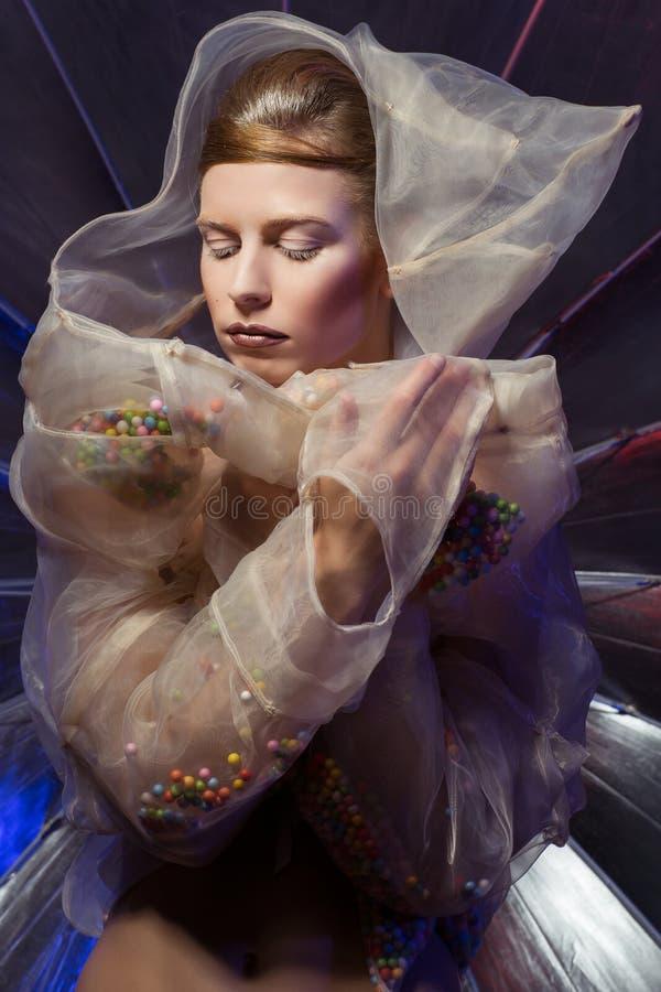 Девушка в прозрачном hoodie стоковая фотография rf