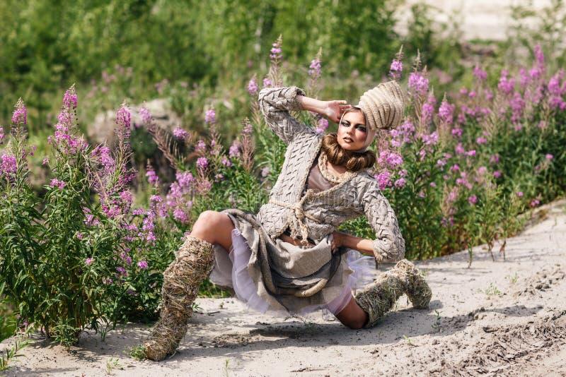 Девушка в пустыне стоковое фото rf
