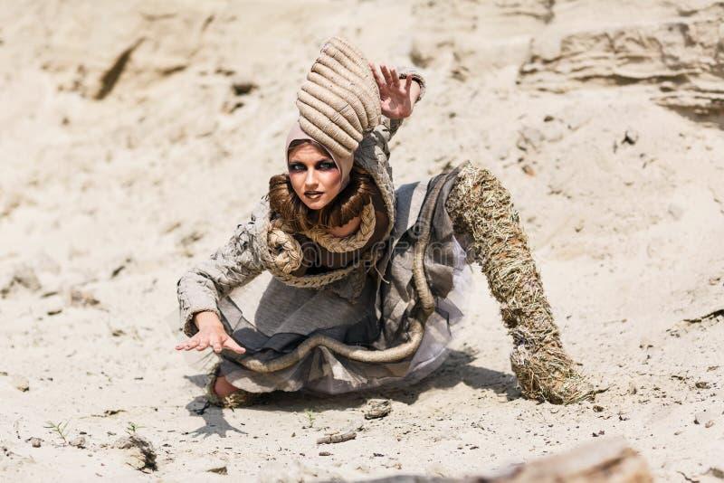 Девушка в пустыне стоковые фото