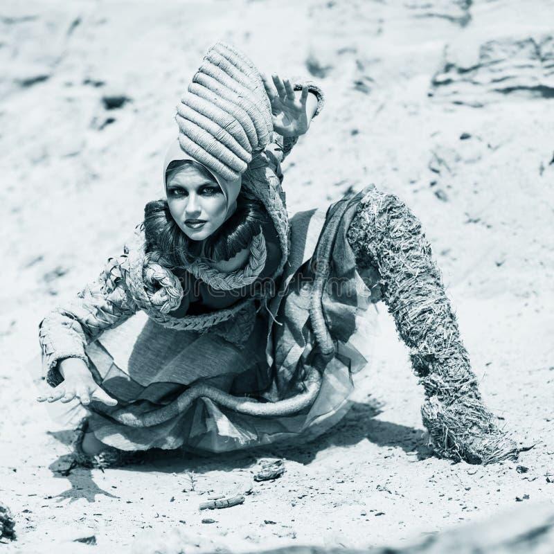 Девушка в пустыне стоковые изображения rf