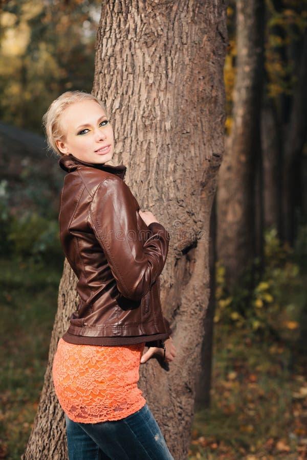 Девушка в пуще осени стоковые фотографии rf