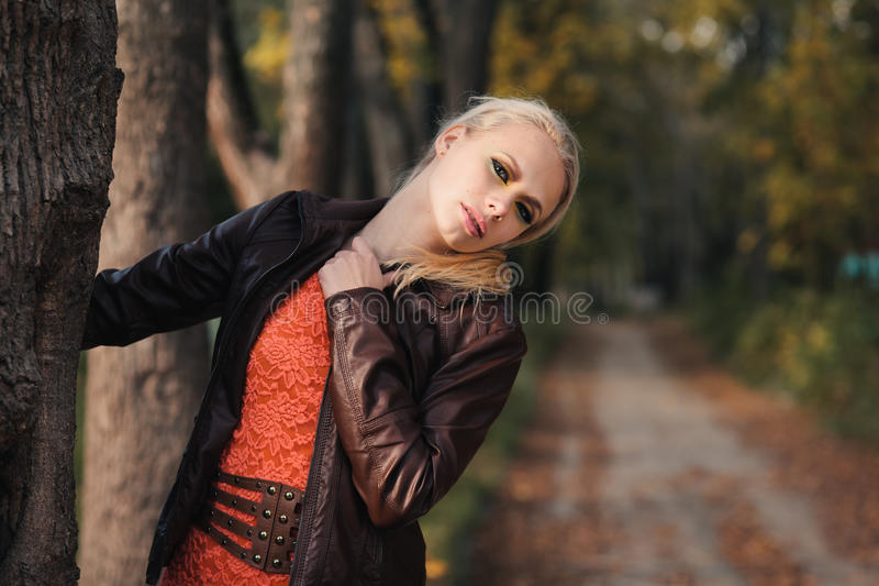 Девушка в пуще осени стоковые изображения rf
