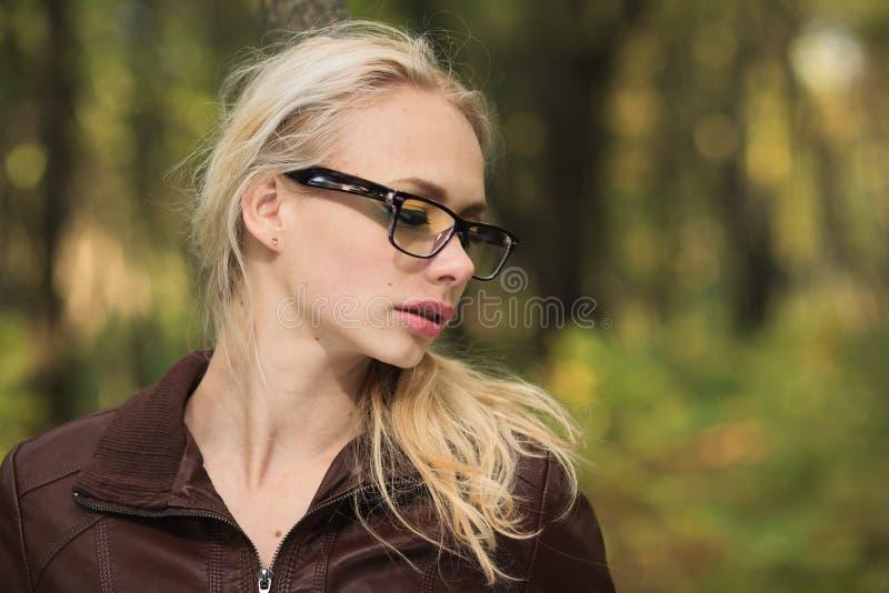 Девушка в пуще осени стоковое фото