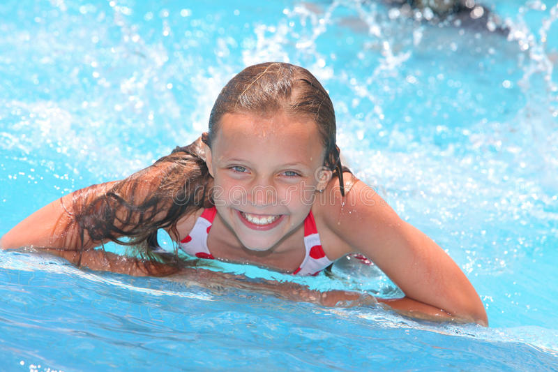 Девушка в плавательном бассеине стоковые изображения rf