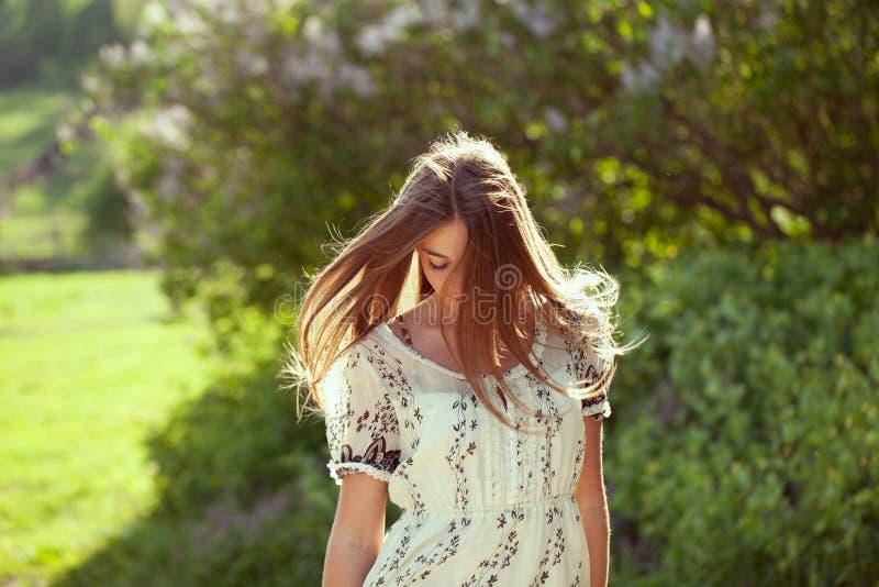 Девушка в платье лета с длинними волосами стоковые изображения rf