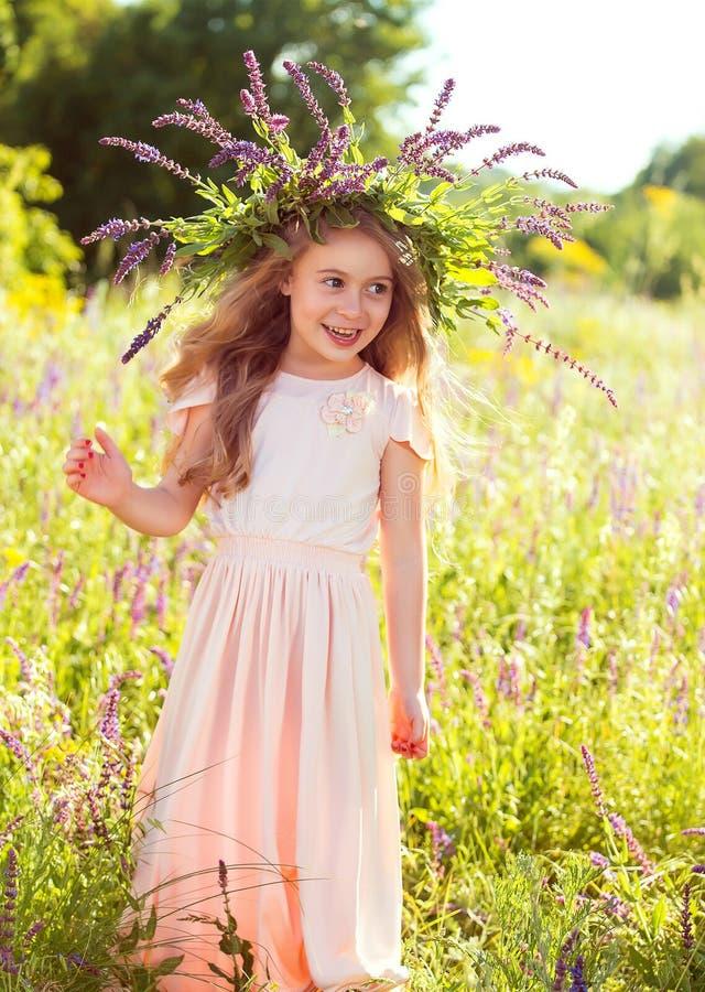 Девушка в платье персика, с венком wildflowers стоковое изображение rf