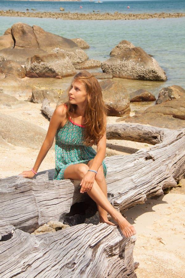 Download Девушка в платье сидя на утесе морем Стоковое Изображение - изображение насчитывающей ветерка, утес: 41651131