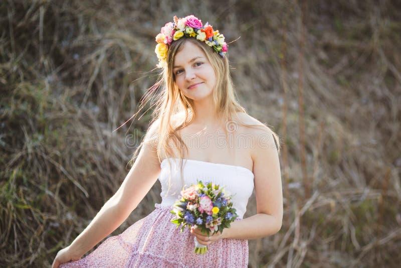 Девушка в платье с точками польки стоковые изображения