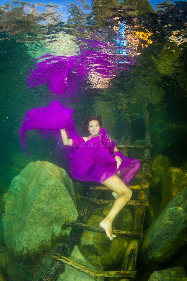 Девушка в реке стоковые фотографии rf