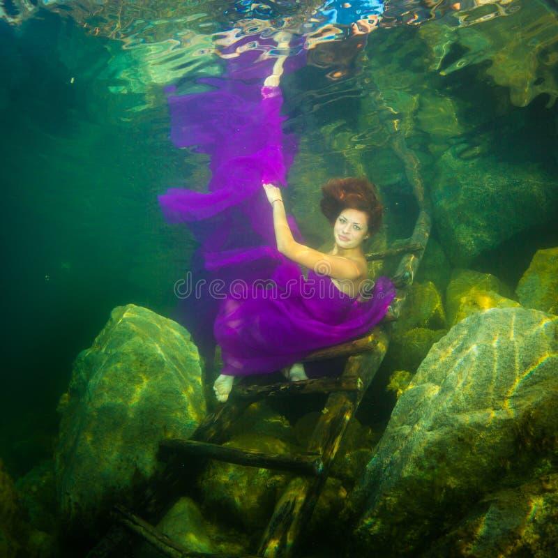 Девушка в реке стоковое фото rf